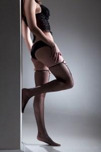 Frau posiert sexy in Netzstrümpfe