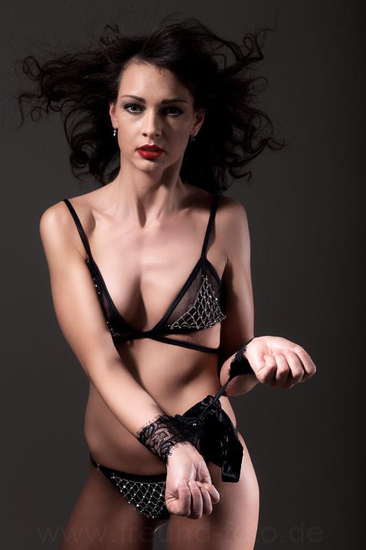 Gefesselte Frau in sexy Unterwäsche