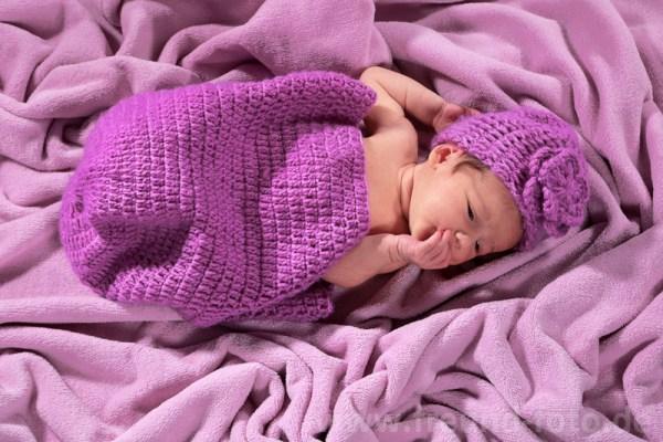 Neugeborenes im Bett