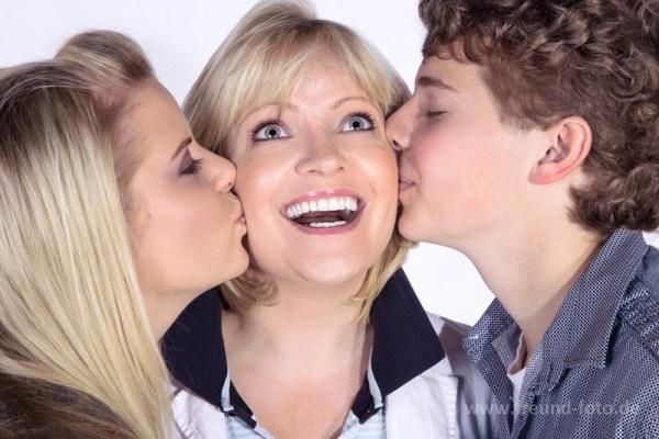 Kinder küssen Mutter, Freude kommt auf
