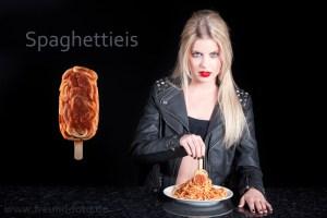 Model mit Spaghetti Eis