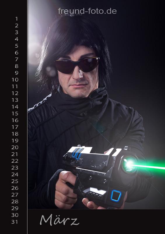Kalender mit Mann und Laserwaffe