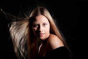 Junge blonde Frau beim Fotoshooting