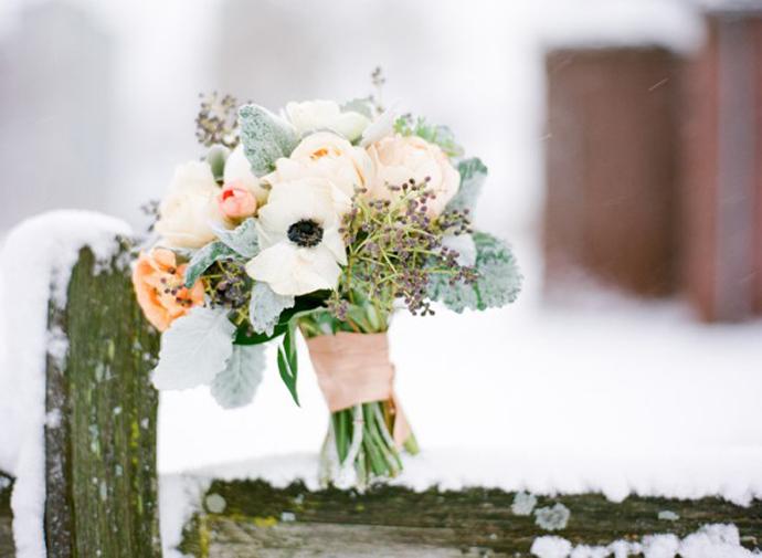 Schne Brautstrue mit Anemonen fr die Winterhochzeit