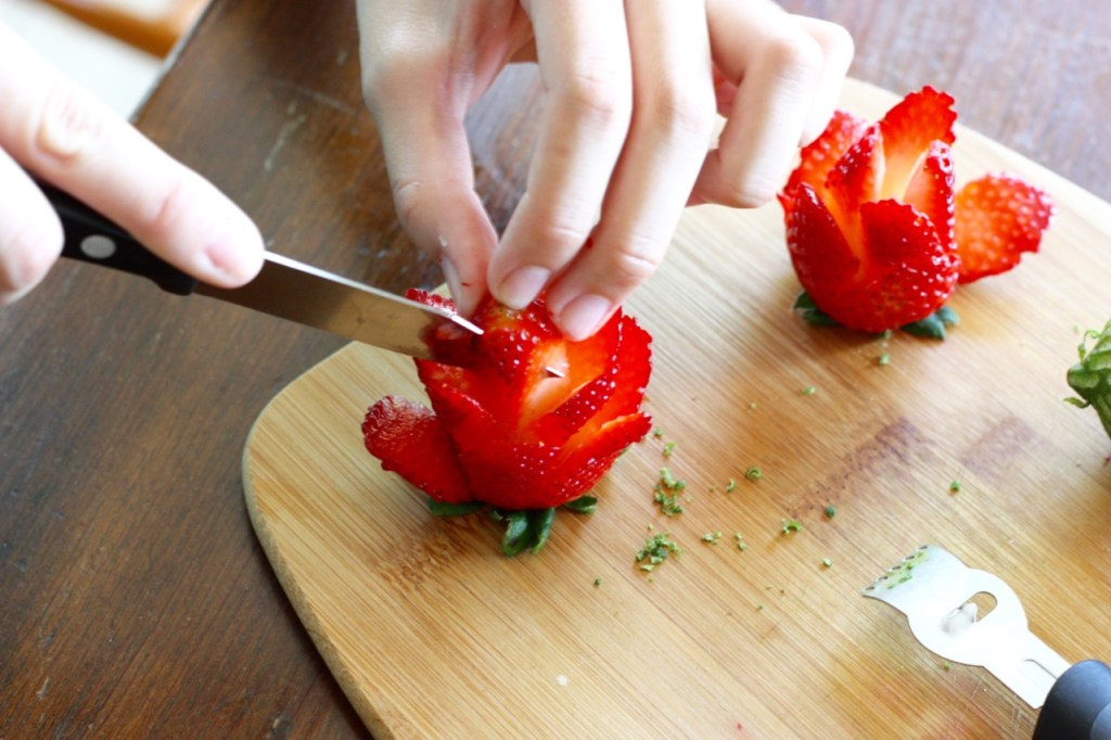 How to Make Strawberry Flowers for Strawberry Limeade Amish Friendship Bread Cake ♥ friendshipbreadkitchen.com