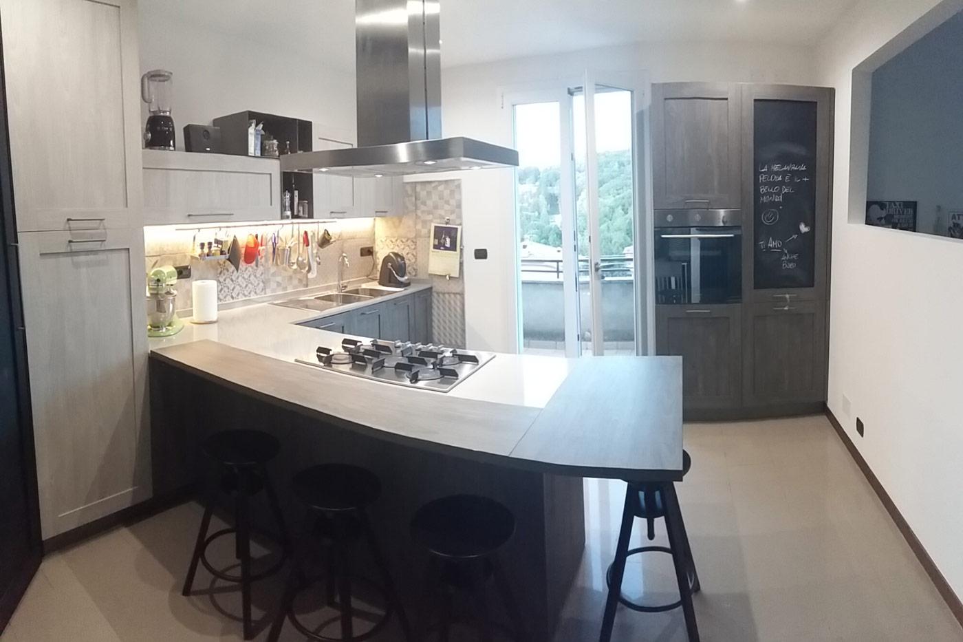 Cucina valerio frignano design - Cucine con cappa centrale ...
