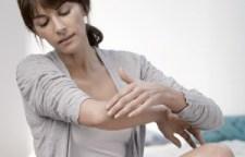 Anwendung Hautpflege auf den Ellbogen
