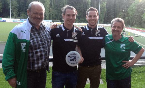 Für das neue Vereinsheim gab es eine extra angefertigte Erinnerungs-Disc, über die sich Clubchef Kurt Brüggemann (v. l.), Matthias Krebin, Dennis Laake und Discgolf-Trainer Dirk Haase freuten.