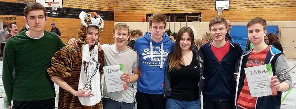 Die U 14 des TV Verl (ganmz obenm) udn die U 20 er Spielgemeinschaft sind die Premierensieger der Wstdeutschen Indoor-Ultimate-Juniorenmeisterschaft. (Fotos: Volker Graefer)
