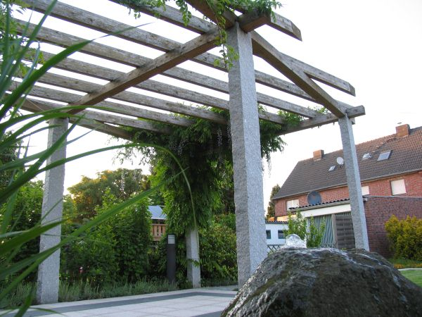 Garten Mit Individuell Konstruierter Pergola