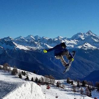 @laurent5_4 taking some airtime🔥🔥🔥#frisek #frisekteam #snowboard #cransmontana #nowinter #snow #shred @cransmontanaparks📷 @guillaumefsk