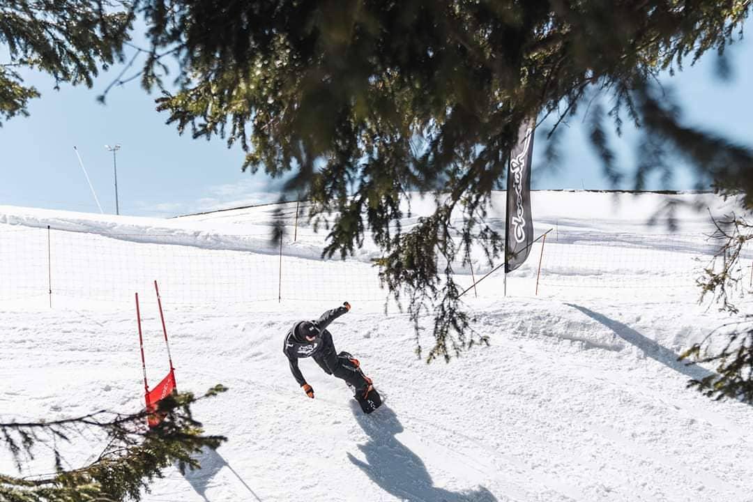 @vvchiche au @bankedslalom @superparkch 👊🏻💥 📷 Hiris.ch #FRISEK #snowboarding #bankedclc #champery #lescrosets #portesdusoleil #bankedslalom