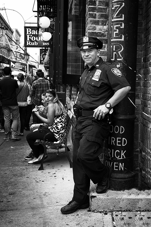 Street photographer friso kooijman fotograaf Amsterdam Nederland Netherlands zwart wit black white straatfotograaf New York Zaandam police officer little italy friendly vintage