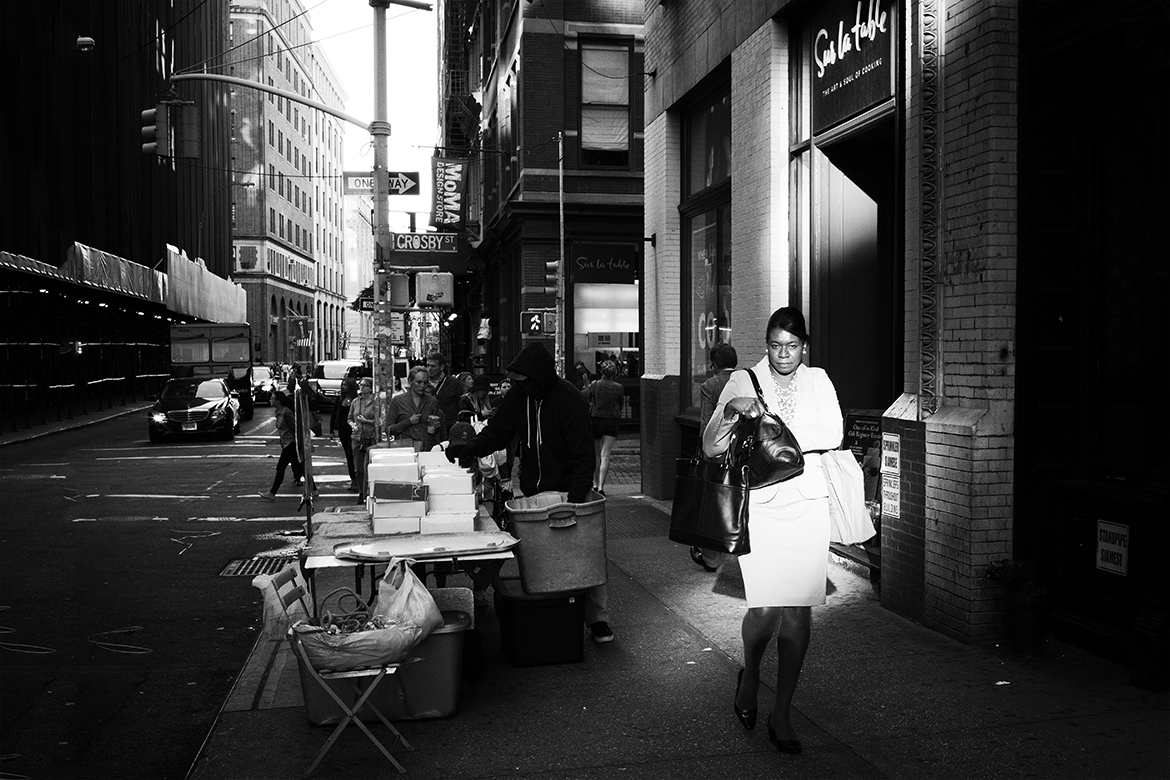 lady coat little italy sun manhattan friso kooijman photographer amsterdam zaandam new york street photography straatfotografie fotografie black white