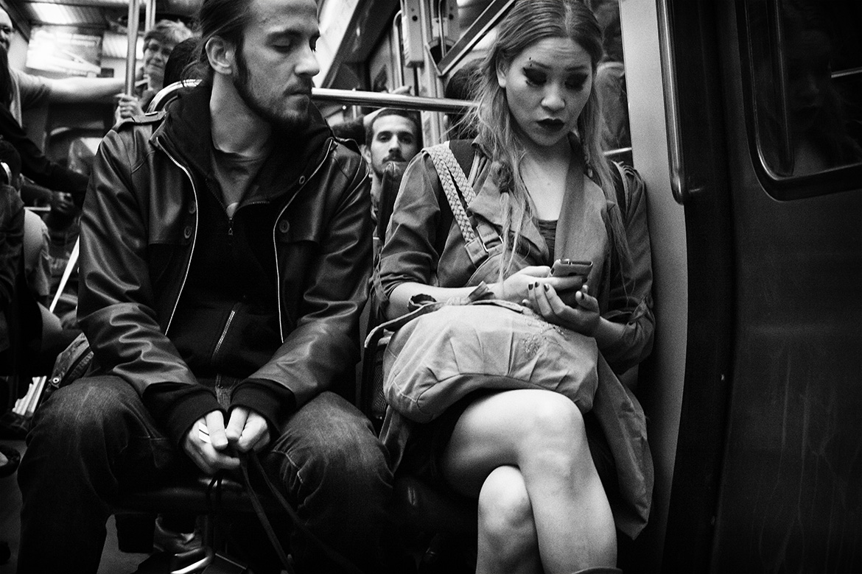 Street photographer friso kooijman fotograaf Amsterdam Nederland Netherlands zwart wit black white straatfotograaf Zaandam man people Paris Parijs metro subway man woman telephone mobile looking asia asian