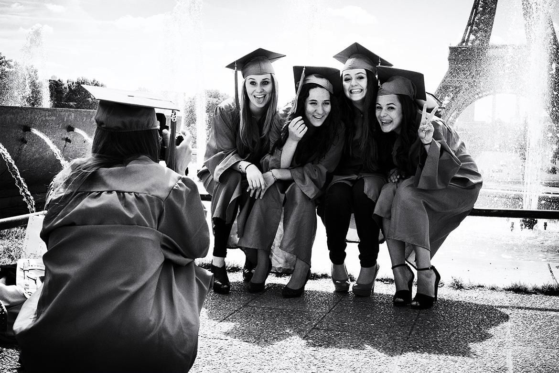 Street photographer friso kooijman fotograaf Amsterdam Nederland Netherlands zwart wit black white straatfotograaf Zaandam man people Paris Parijs Trocadero student students celebrate graduate graduation photography