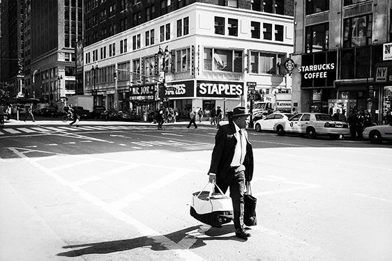 Street photographer friso kooijman fotograaf Amsterdam Nederland Netherlands zwart wit black white straatfotograaf New York Zaandam man people shades soda coca cola