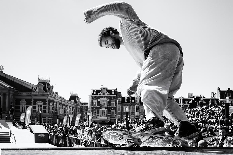 Street photographer friso kooijman fotograaf Amsterdam Nederland Netherlands zwart wit black white straatfotograaf skateboard boarder board urban sports
