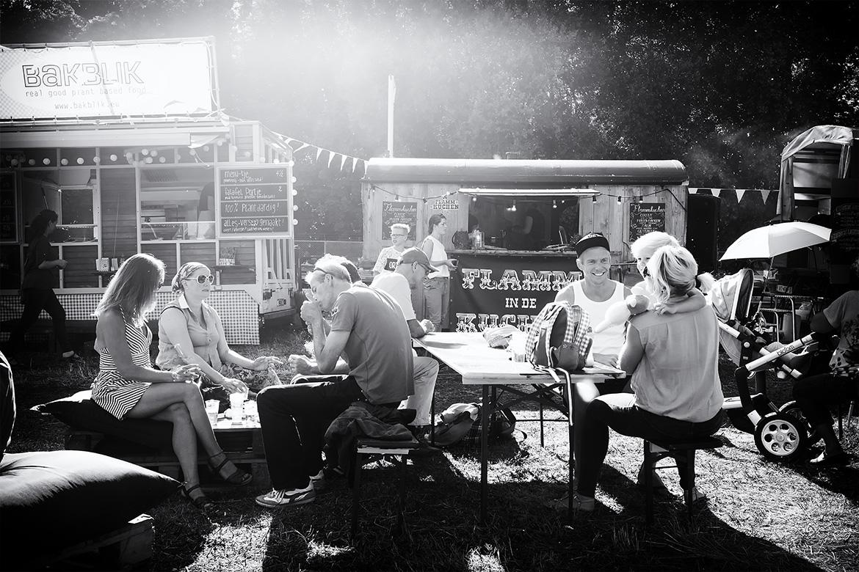 Street photographer friso kooijman fotograaf Amsterdam Nederland Netherlands zwart wit black white straatfotograaf urban festival food bar terras terraces hoop breugem summer party zomer zaanse schans zaandijk zaandam