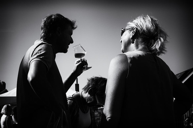 Street photographer friso kooijman fotograaf Amsterdam Nederland Netherlands zwart wit black white straatfotograaf urban beer bier brouwerij brewery bar terras terraces hoop breugem summer party zomer zaanse schans zaandijk zaandam
