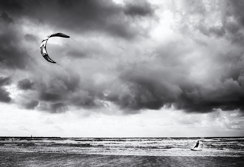 Street photographer friso kooijman fotograaf Amsterdam Nederland Netherlands zwart wit black white straatfotograaf urban sports kite surfing surfer surf sport wind sea waves champion world champions water