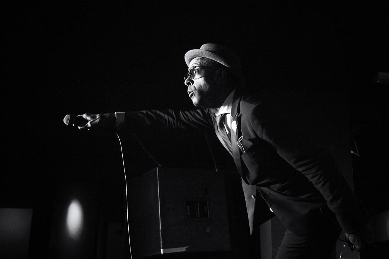 Reverend Shawn Amos blues joyful singer song writer zanger artist Friso Kooijman photographer fotograaf Zaandam Amsterdam concert fotografie black white photography zwartwit