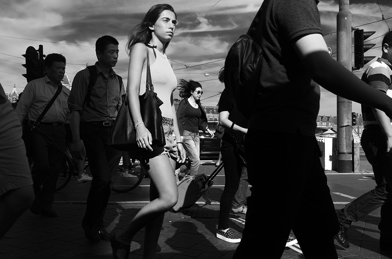 Street photographer friso kooijman fotograaf Amsterdam Nederland Netherlands zwart wit black white woman young straat vrouw jonge dame lady summer