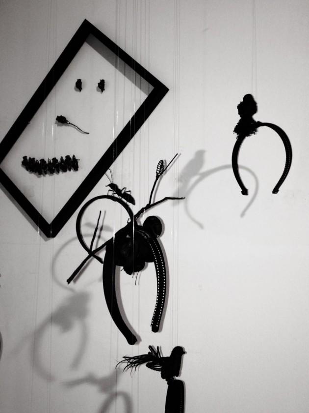 parure: dalla collezione Dried Roses di Vernissage Project; cerchietti: appositamente fatti a mano da Olga Pong