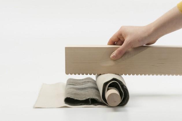 """""""Wooden Iron"""", di Ausrine Augustinaite. Ispirato a vecchi mangani usati nell'industria tessile, serve a stirare un capo a mano, senza usare energia elettrica"""