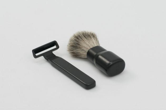 """""""Shaving Kit"""", di Philip Andersson. Pennello e rasoio (con lama in ceramica) realizzati con materiali naturali"""