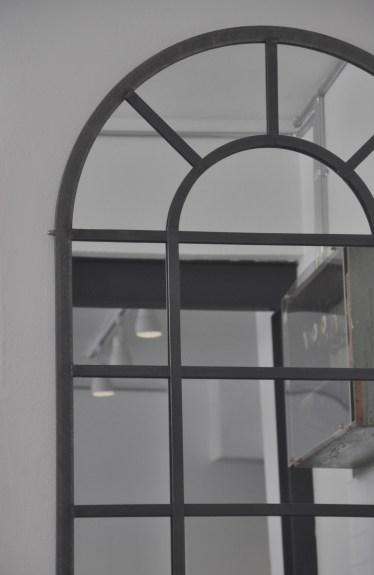 """Studio 900 Design, collezione Palation, """"Arco"""", specchio con cornice in ferro (courtesy Studio 900 Design)"""