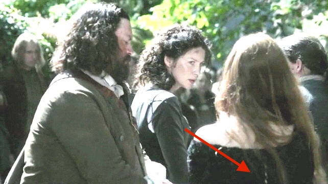 Color totally lightened to add definition. You can see it better when Claire and Geillis are talking in Geillis's stillroom, but I can't find a screencap of her from the back.