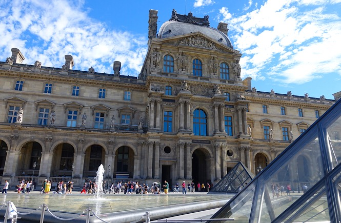 Photograph of the outside of the Musee de Louvre.