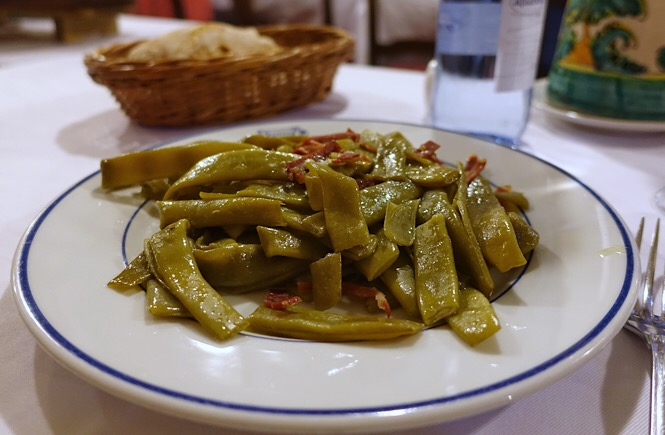 Close up of a plate of green beans cooked with Iberian ham.