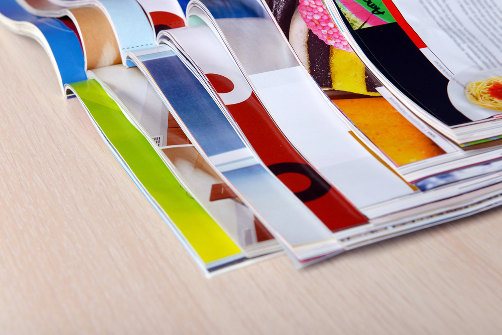 "<a href=""http://www.shutterstock.com/fr/pic-253543795/stock-photo-magazines-on-wooden-table-close-up.html?src=&ws=1"" target=""_blank"">magazine - shutterstock</a>"