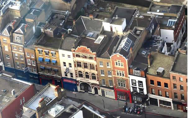calle con viviendas victorianas