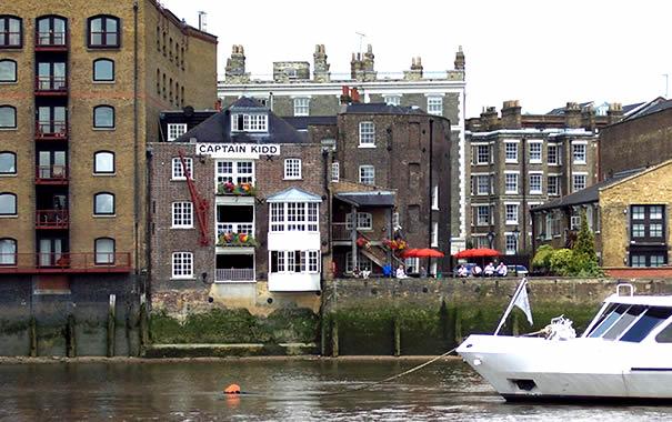 Fotografía del pub desde el río