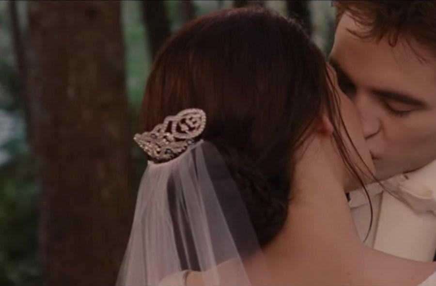 Bella's Hair Comb in The Twilight Saga: Breaking Dawn - Part 1 (2011)