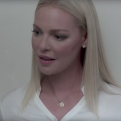 Lucky horseshoe pendant necklace Katherine Heigl in Unforgettable (2017)