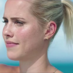 Small bar stud earrings Claire Holt in 47 Meters Down (2017)