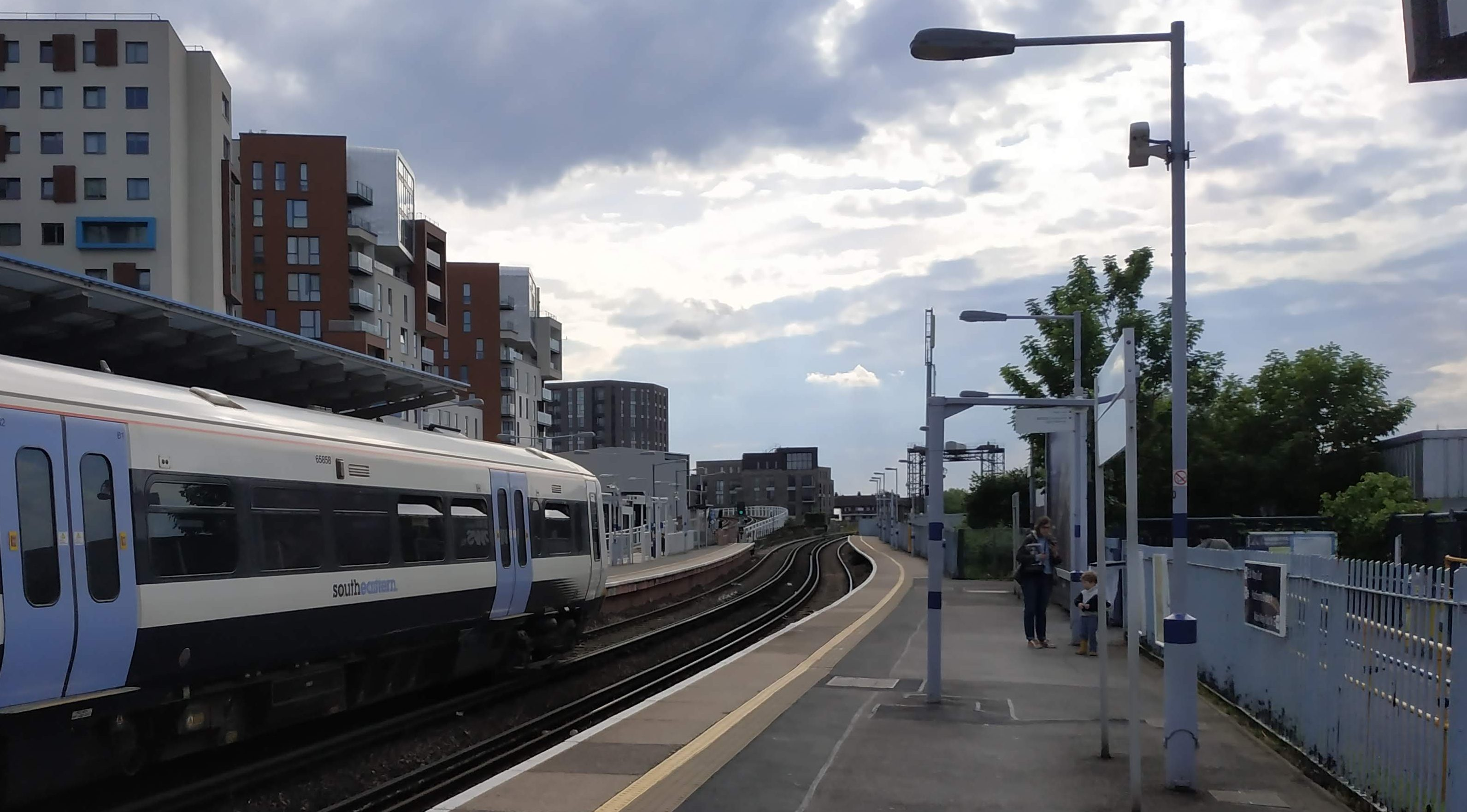Southeastern rail problems persist into evening rush hour