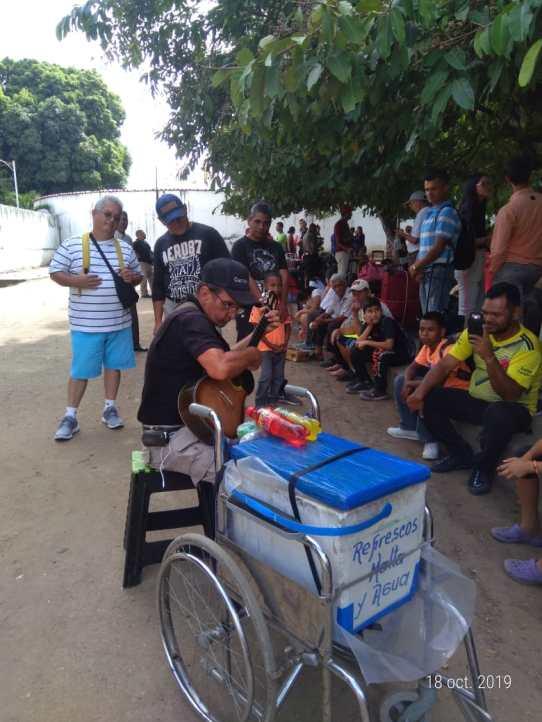 Los vendedores informales aprovechan las colas que se forman en la plaza