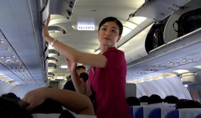 Nog meer Coronawaanzin: stewardessen geadviseerd om luiers te dragen om het oplopen van Covid-19 op toilet te voorkomen