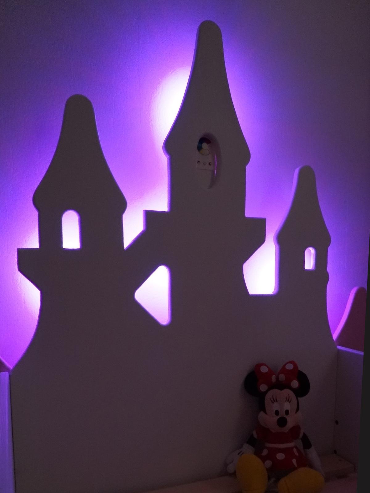 Illuminations du lit de Princesse en bois peint.