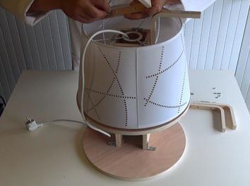 La table à l'envers avec les branchements de câbles électriques.