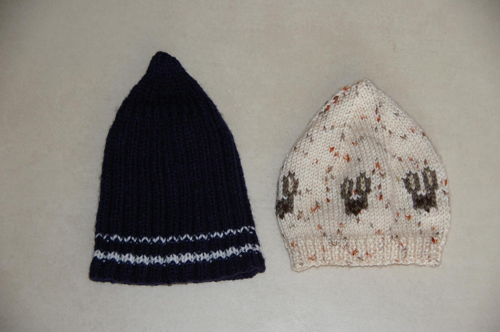 Le bonnet à cotes à côté du bonnet naissance.