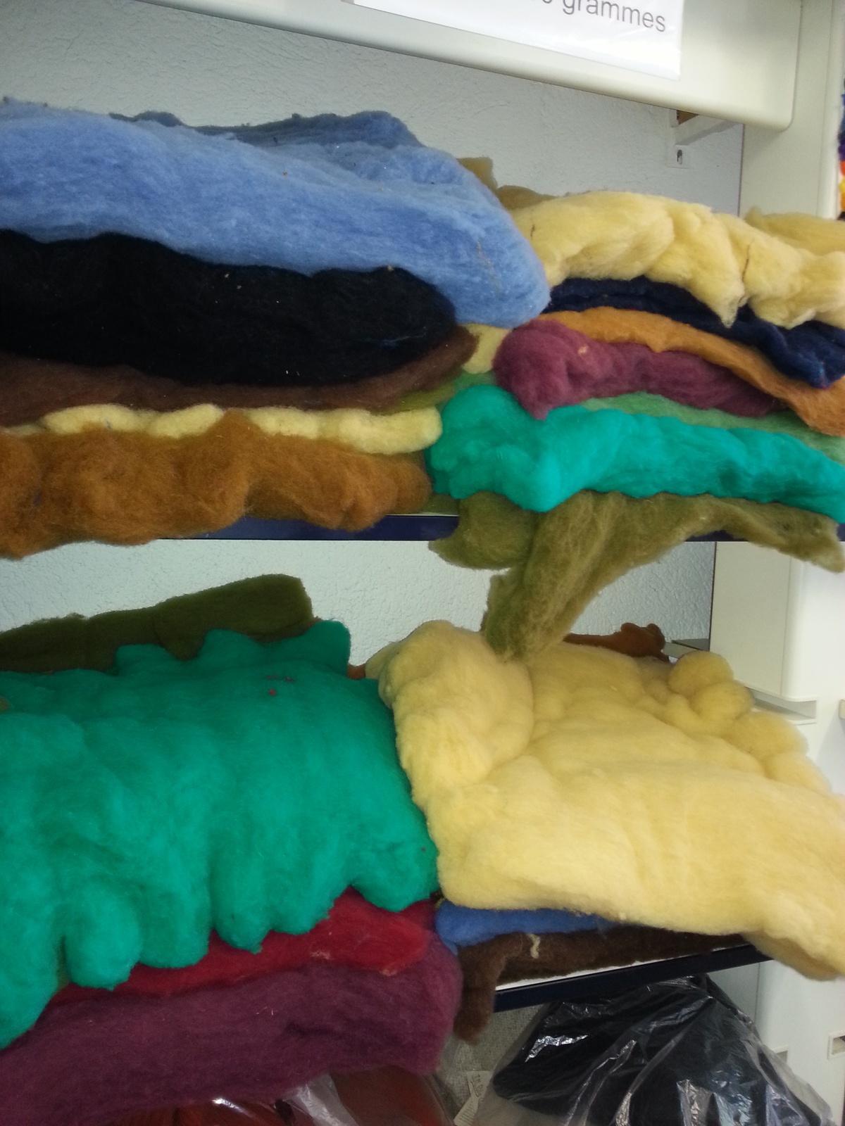 Des carrés de laine à feutrer de différentes couleurs