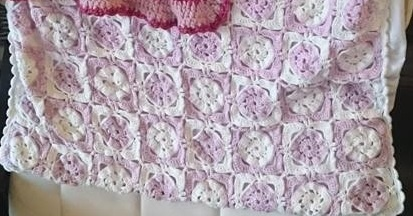 Couverture en grannies roses et blancs. Le tutoriel suit.