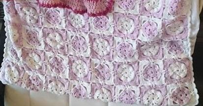 Couverture en grannies roses et blancs. Le tutoriel suit.