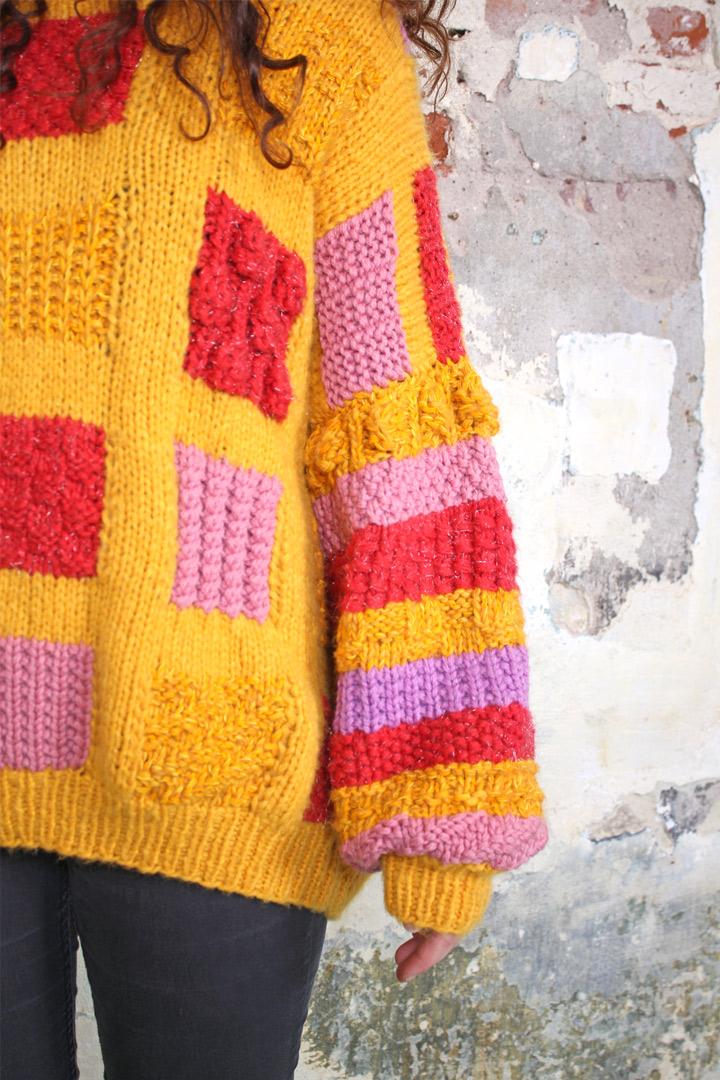 Geel gebreide trui met gekleurde vlakken  Froufrous